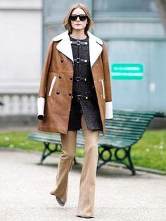 Hast du einen Mantel mit schönem Verschluss, wie zum Beispiel einen Dufflecoat, solltest du ihn geschlossen tragen und oben drüber einen zweiten Mantel geöffnet über die Schultern legen.