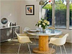 Uma bobina de madeira pode resultar em uma bela mesa.