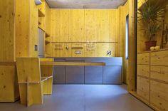 Intervento ad opera dello studio bresciano estudoquarto - studiostanza, in cui il legno é utilizzato come elemento anticonformista. Pannelli utilizzati per le casserature di strutture in calcestruzzo armato, riportano in questo caso, l'ambiente all'essenza dell'architettura e del vivere.