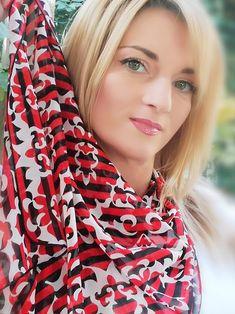 #esarfa #esarfahandmade #esarfafina #esarfavoal #esarfaartwear #artwear #accesoriihandmade #accesorifemei #accesoriifashion  Imprimeul ivoire cu forme rotunde aduce viata si echilibru dungilor negre si rosii, pe voalul fin, numit ROXY! Roxy, How To Wear, Fashion, Moda, Fashion Styles, Fashion Illustrations