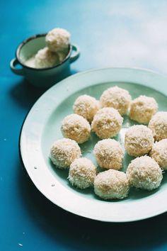 5-Ingredient VEGAN White Chocolate Truffles! Simple methods, low sugar, SO buttery and creamy! #vegan #glutenfree #truffles #chocolate