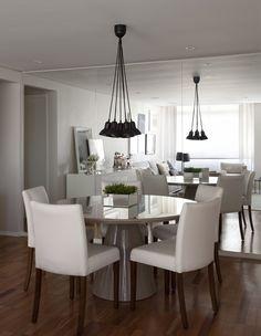 Os espelhos, da VidroArt, criam a sensação de amplitude na sala de jantar. A mesa é de laca fendi brilhante, da A Lot Of e cadeiras claras, da Clami (Foto: Marco Antonio)