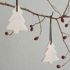 Weihnachtsdekorations-Set von URBANARA | Oh Tannenbaum, oh Tannenbaum wie schön bist du geschmückt! Mit unserem Weihnachtsanhänger Correns aus Marmor versetzen Sie sich und Ihr zu Hause schon jetzt in Weihnachtsstimmung.