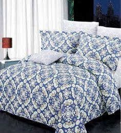 Dans les tons de bleu-mauve et beige  aux motifs originaux, la housse Harper  est fait de 100 % coton.