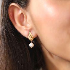 Indian Jewelry Earrings, Gold Bridal Earrings, Jewelry Design Earrings, Gold Earrings Designs, Gold Drop Earrings, Indian Gold Jewellery, Fashion Earrings, Gold Jhumka Earrings, Wedding Earrings Drop
