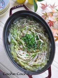 花椒が味の決め手♪ staubで 豚バラと白菜のミルフィーユ鍋 (〆はラーメン)  鶏がらスープとにんにく醤油で煮込む中華風のお鍋。味の決め手は花椒(ホアジャオ)という中国の山椒です。日本のそれより刺激的な痺れる辛さと香りが独特。〆はラーメンがおすすめ!