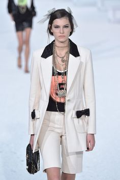 Chanel Spring 2021 Ready-to-Wear Collection | Cool Chic Style Fashion Fashion Week Paris, Runway Fashion, Spring Fashion, Winter Fashion, Chic Outfits, Spring Outfits, Fashion Outfits, Daily Fashion, Fashion Online
