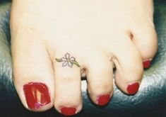 Check it out! It's like having a permanent toe ring! Do you call this a TOE-too? Toe Ring Tattoos, Ring Tattoo Designs, Tattoo Ideas, Henna Designs, Small Flower Tattoos, Small Tattoos, Real Tattoo, Tattoo Art, Wrist Tattoos For Women