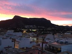 Another Fabulous Sunset over the old town. Stuff To Do, Things To Do, Moraira, Sandy Beaches, Outdoor Life, Where To Go, Seattle Skyline, Old Town, Day Trips