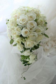 セミキャスケードブーケ 王道のローズユミ 帝国ホテル様へ &一会の地震対策 : 一会 ウエディングの花 Floral Wedding, Wedding Bouquets, Wedding Flowers, Ikebana Flower Arrangement, Flower Arrangements, Trailing Bouquet, Corsage, Flower Designs, Beautiful Flowers