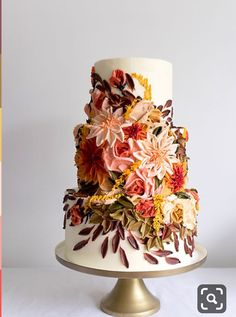Just like bridal dresses, wedding cakes can also be trendy or obsolete. A traditional wedding cake is usually a white vanilla cake in towering stacked layers. However, we are onto year wedding cake trends are becoming more and more playful. Pretty Cakes, Beautiful Cakes, Amazing Cakes, Foto Pastel, Traditional Wedding Cake, Cake Trends, Painted Cakes, Wedding Cake Designs, Fall Wedding Cakes