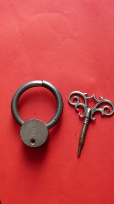 Vorhangschloß aus Eisen mit geteiltem Bügel, ca. 8 X x 2 cm, ca. fleur ·  badges, porte clef ... 0a129437a93