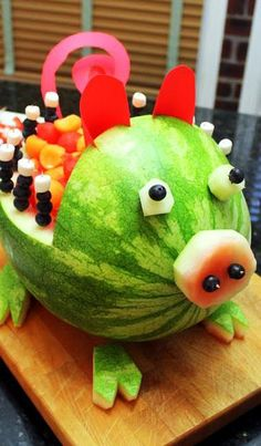 Watermelon and Cantaloupe Pig Art Carved Fruit - Grilling Time Side Dish. for a Southern Style BBQ Party. This little guy is so easy to do. All you need is a knife, a Melon baller, some construction paper and a few toothpicks. This little guy would Watermelon Art, Watermelon Carving, Carved Watermelon, Eating Watermelon, Bbq Party, Farm Party, Fruits Decoration, Deco Fruit, Fruit Creations