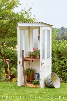 How to Make a Potting Shed from Old Doors Make your own mini door shed with this tutorial from the book Upcycling Outdoors. The post How to Make a Potting Shed from Old Doors appeared first on Woodworking Diy. Garden Shed Diy, Garden Doors, Diy Shed, Upcycled Garden, Big Garden, Indoor Garden, Garden Art, Shed Conversion Ideas, Recycled Door