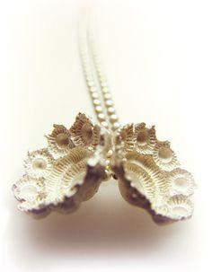 Hester Zagt. Zeeuws collier. Negatief van object (zeeuwse knoop) Ceramic Jewelry, 3d Design, Three Dimensional, Jewelry Art, Costume Jewelry, Pearl Earrings, Gems, Bling, Pendants