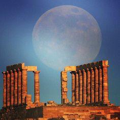 El templo de Poseidón es enmarcado por una hermosa luna; Poseidón es el dios griego de los mares. La luna llegará a su fase llena el domingo, un fenómeno conocido como #superluna. Foto: Reuters