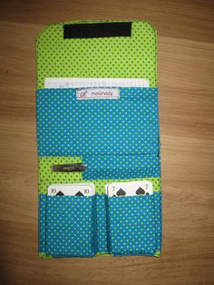 This is a cute way to store cards/game sheets for travel. Need pocket for dice. Sewing Lessons, Sewing Hacks, Sewing Tutorials, Sewing Toys, Sewing Crafts, Sewing Projects, Birthday Gifts For Husband, Diy Gifts For Kids, Purse Tutorial