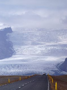 Road disappearing into the ice of Vatnajökull Glacier, Iceland (by antoine perroud).