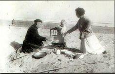 Foto antigua cocinando una paella playa Malvarrosa VALENCIA