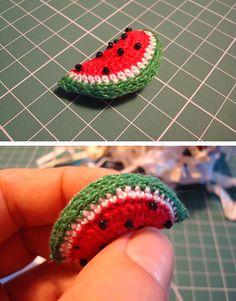 Crochet Hoodies watermelon crochet, tiniest slice I have ever seen :) - Aprenda a fazer lindas frutas de crochê. Uma fofura que completa qualquer trabalho! Crochet Cake, Crochet Fruit, Rainbow Crochet, Crochet Food, Crochet Crafts, Crochet Dolls, Yarn Crafts, Crochet Flowers, Crochet Projects