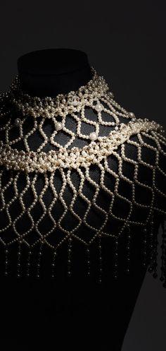 Paris in Rome 2015/16 Métiers d'Art - metallo, perle in pasta di vetro, strass & resina-oro & bianco perlato