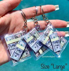 Objet Wtf, Cute Keychain, Keychains, Money Stacks, Mini Craft, Miniature Crafts, Cute Charms, Miniture Things, Diy Doll