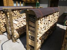Tin on top to keep dry Outdoor Firewood Rack, Firewood Holder, Firewood Storage, Log Shed, Bonfire Pits, Wood Store, Storage Shed Plans, Dream House Exterior, Wood Slab