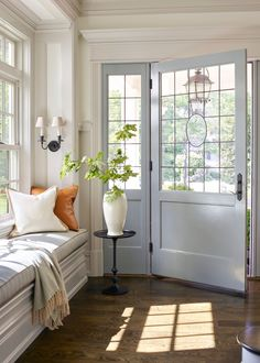 Easy home decor - Yes, the Updated Traditional Trend Isn't Going Anywhere – Easy home decor Traditional Trends, Traditional House, Traditional Interior, Traditional Design, Room Interior, Interior Design, Dressing Room Design, Cute Dorm Rooms, Stylish Bedroom