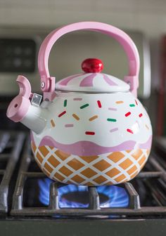 Make tea time a little sweeter by using the cupcake tea kettle. This adorable little tea kettle has superb heat resistance and comes with an enamel coating on. Cute Kitchen, Vintage Kitchen, Retro Vintage, Vintage Stuff, Kitchen Retro, Kitchen Ideas, Home And Deco, Kitchen Gadgets, Tea Set