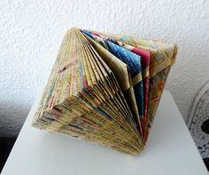 Il s'agit d'un vieux livre dont les pages ont été restructurées par pliages et découpages afin de lui donner une forme spécifique en 3 dimensions.  Taille: 20 cm x 30 cm - 4390909