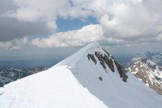 El Bisaurín, un precioso monte aragonés. Subimos Begoña y yo en verano. La cresta ahora nevada es preciosa.
