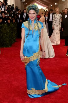 Pin for Later: Relive All the Glamour From Last Year's Met Gala Red Carpet Julie Macklowe Julie stayed on theme in a blue and gold gown. Gala Dresses, Blue Dresses, Met Gala Red Carpet, Gold Gown, Costume Institute, Through The Looking Glass, Vogue Fashion, Fashion Art, Celebrity Look