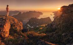 Isla de Senja en Noruega y un amanecer adornado de picos de montaña. Foto: Daniel Korzhonov.