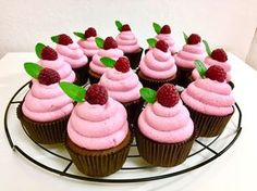 Malinové cupcakes Mini Cupcakes, Cheesecake, Muffins, Food And Drink, Christmas Decorations, Cooking, Sweet, Desserts, Recipes