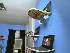 Skateboard shelves- Great way to recycle old or broken skateboards Skateboard Bedroom, Skateboard Decor, Skateboard Shelves, Skateboard Furniture, Preteen Boys Room, Preteen Bedroom, Bedroom Themes, Home Decor Bedroom, Diy Room Decor