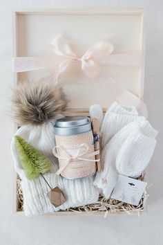 DIY Gift Guide: How to Build the Perfect Gift Box - San Valentin Regalos Caja 50 Diy Christmas Gifts, Christmas Gift Baskets, Holiday Gifts, Christmas Games, Holiday Decor, Diy Gifts For Him, Easy Gifts, Homemade Gifts, Men Gifts