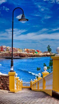 El característico paseo que nos lleva a la playa de Melenera - Foto de Marcos Rivero