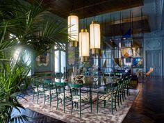 Rome: Le Palazzo Fendi par Dimore Studio à Rome Dans le salon, sur un tapis ancien de l'Atlas, de part et d'autre d'une table basse (Dimorestudio), deux banquettes également conçues par les décorateurs. Les fauteuils sont signés Axel Vervoordt. Suspendus au-dessus d'une table basse en métal doré de Philip et Kelvin Laverne, deux lustres (Venini). La chaise longue et son repose-pieds en cuir tressé sont de Bruno Mathsson. © Philippe Garcia