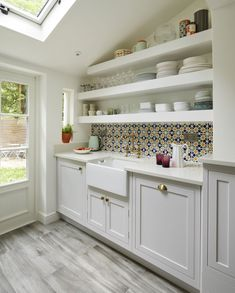 Harvey Jones: A classic, understated kitchen with bright accent tiles - The Kitchen Think