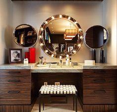 Penteadeira maravilhosa no banheiro!     Uma penteadeira decorada é o sonho de todas nós mulheres, hein? Agora a ideia de usar lâmpada...