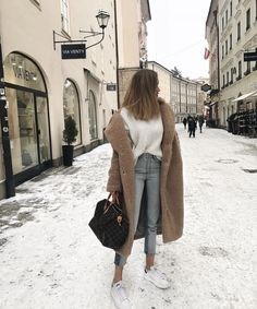 Fall casual outfit for winter. Looking for the best outfits for winter; brown long coat + white tee + light wash denim jeans + white sneakers. Fashion trends. Business Hairstyles, Beauty Studio, Hair Beauty, Hair Styles, Hair Plait Styles, Hairdos, Hair Style, Haircut Styles, Hair Cuts