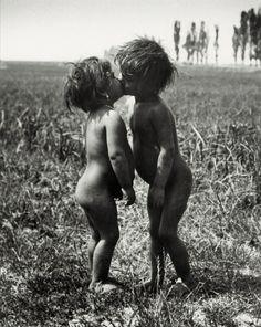 Andre Kertesz ,Traveller children in Esztergom, Hungary Andre Kertesz, Vintage Photographs, Vintage Photos, Kids Kiss, Gypsy Life, Exhibition, We Are The World, Photo Essay, Photojournalism