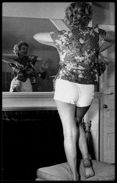 """1953 / Marilyn sur la terrasse et dans sa chambre au """"Bel Air Hotel"""" sous l'objectif d'Andre DE DIENES."""