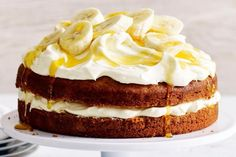 Impress your guests with this layered banana cake topped with cinnamon cream and drizzled with golden syrup. Diabetic Cake Recipes, Best Cake Recipes, Sweets Recipes, Healthy Recipes, Diet Recipes, Food Cakes, Churros, Dream Cake, Recipe Steps