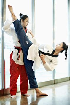 As soon as I wear my uniform and wear a black belt,koreans became non-sellers. Female Martial Artists, Martial Arts Women, Mixed Martial Arts, Kendo, Arte Filipino, Arte Ninja, Tough Woman, Karate Girl, Capoeira