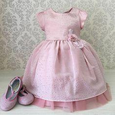 Vestido rosa seco com cristais, um brilho maravilhoso!!!   Compras: Whatsapp 62 8101-2323 (Maria) Whatsapp 62 8208-2296 (Lê) Loja Física 62 3996-0020 Inbox Facebook/amoreco infantil ✈️✈️Enviamos para todo o Brasil.  #amorecoinfantil #promoção #rosa #instalike #instaprincesa #instafofo  #onstafashion #instababyfashion