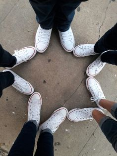 I wanna do this with different styles of the same shoe brand. Source by frases Cute Friend Pictures, Friend Photos, Cute Photos, Best Friend Photography, Girl Photography Poses, Friendship Photography, Best Friend Poses, Insta Photo Ideas, Cute Friends