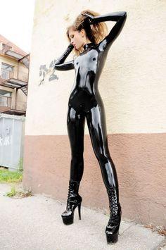 Very sexy black latex catsuit. Sexy Latex, Latex Wear, Latex Babe, Latex Dress, Fetish Fashion, Latex Fashion, Leder Boots, Latex Girls, Skin Tight