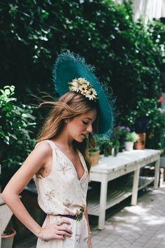 Look invitada de boda vestido con escote y tocado