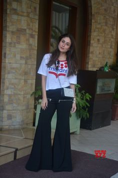 Kareena Kapoor Khan inspires this TV actress - Social News XYZ Casual Day Outfits, Celebrity Casual Outfits, Dope Outfits, Chic Outfits, Trendy Outfits, Bollywood Outfits, Bollywood Girls, Bollywood Celebrities, Bollywood Fashion